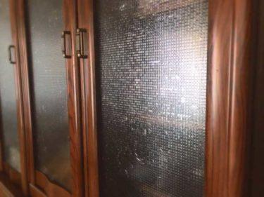 セリアの「ガラス貼り用目隠しシート」で食器棚をプチリフォーム